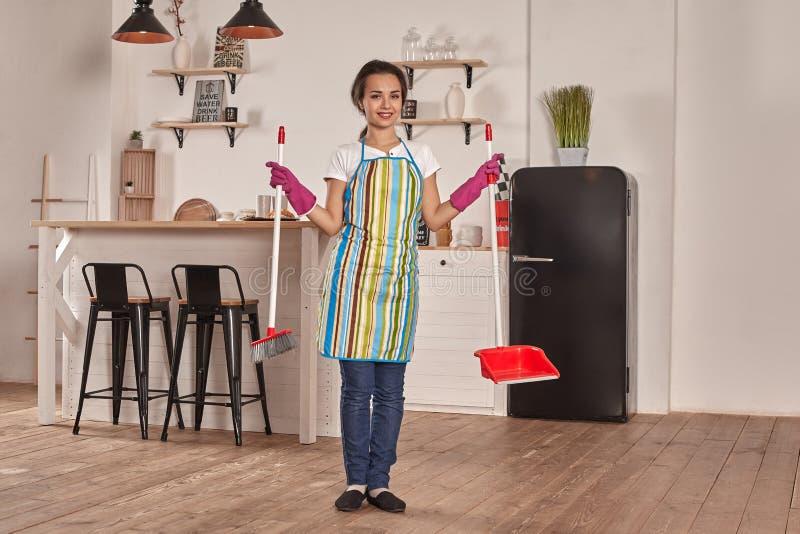 年轻女人在厨房的广泛地板 图库摄影