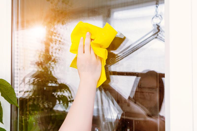 年轻女人在她洗涤与旧布的窗口里被反射 免版税库存照片