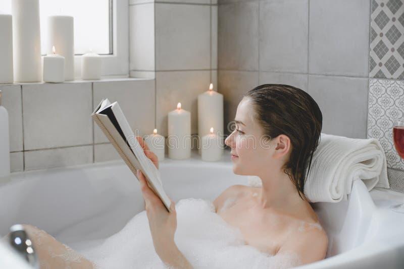 年轻女人在热水澡充分放松泡沫 库存图片