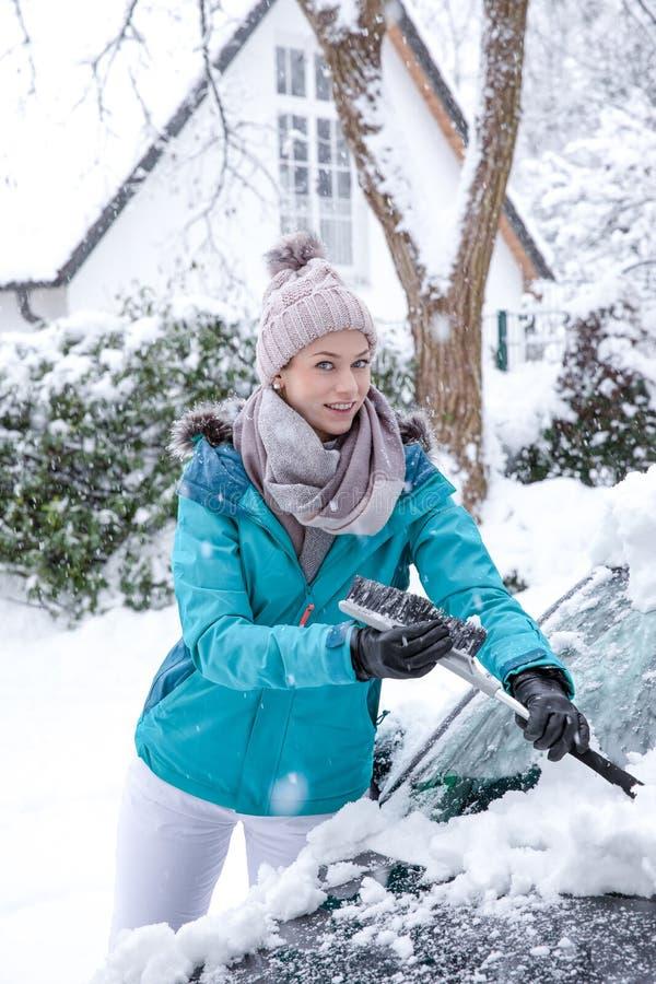 年轻女人在雪的冬天妙境 图库摄影