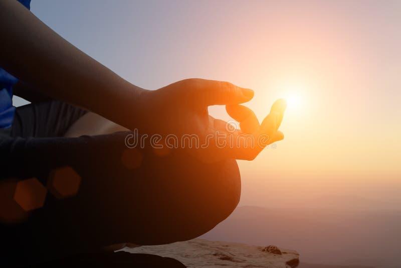 年轻女人思考,当做瑜伽凝思时 库存照片