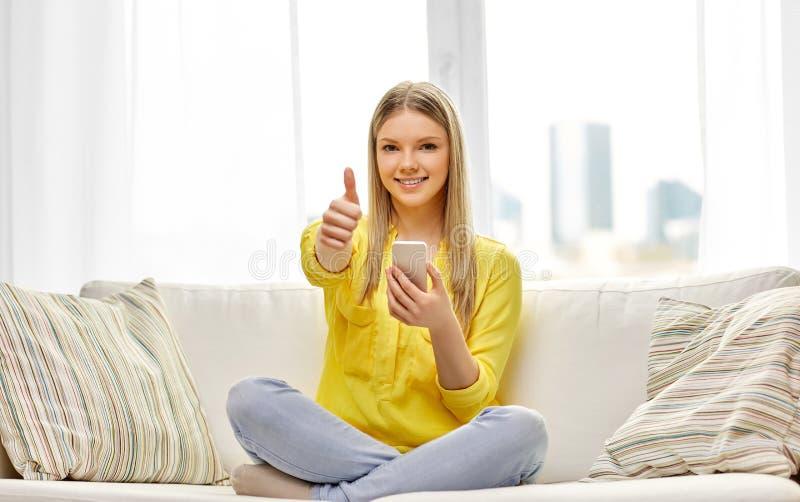 年轻女人或青少年的女孩有智能手机的在家 库存照片