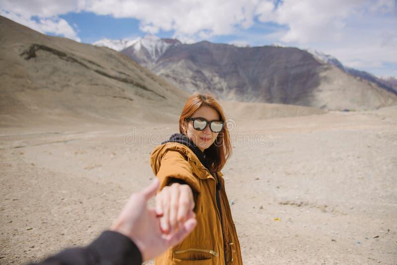年轻女人旅客用手藏品人在蜜月旅行之间 库存照片