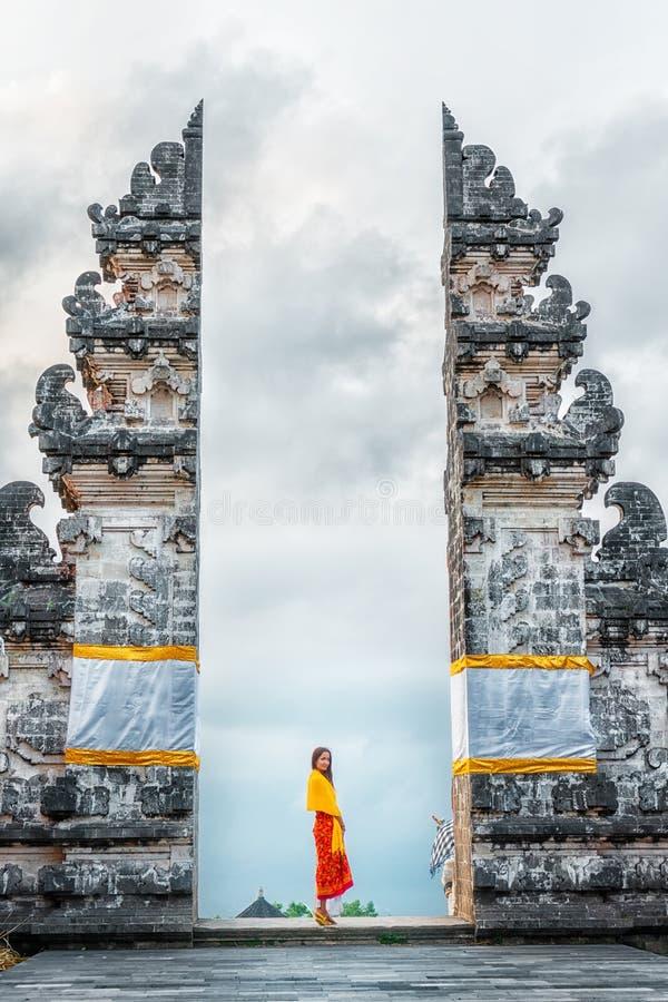 年轻女人旅游参观的Lempuyang寺庙,巴厘岛印度尼西亚 历史和宗教 免版税库存照片