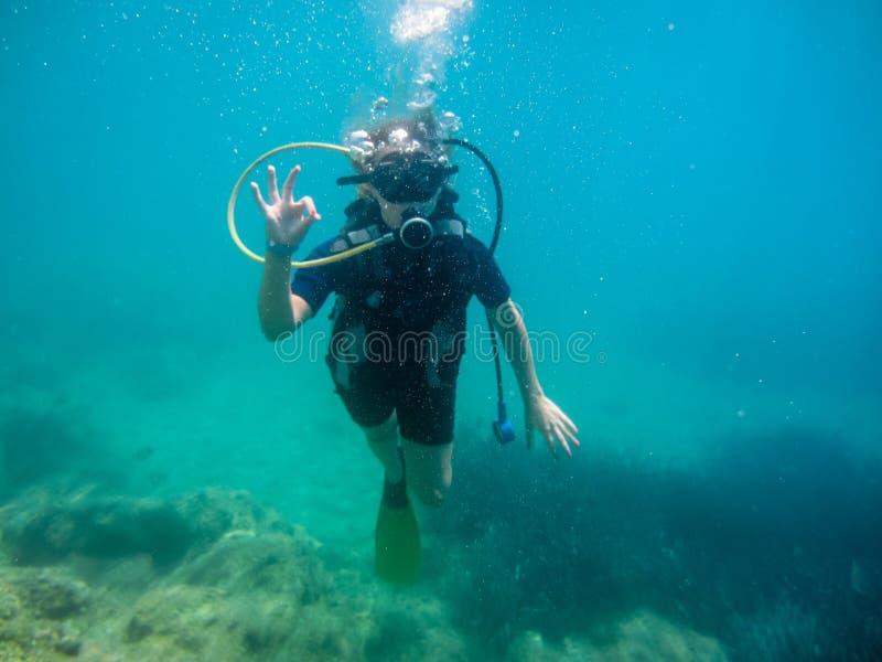 年轻女人有佩戴水肺的潜水入mediteranean海 库存照片