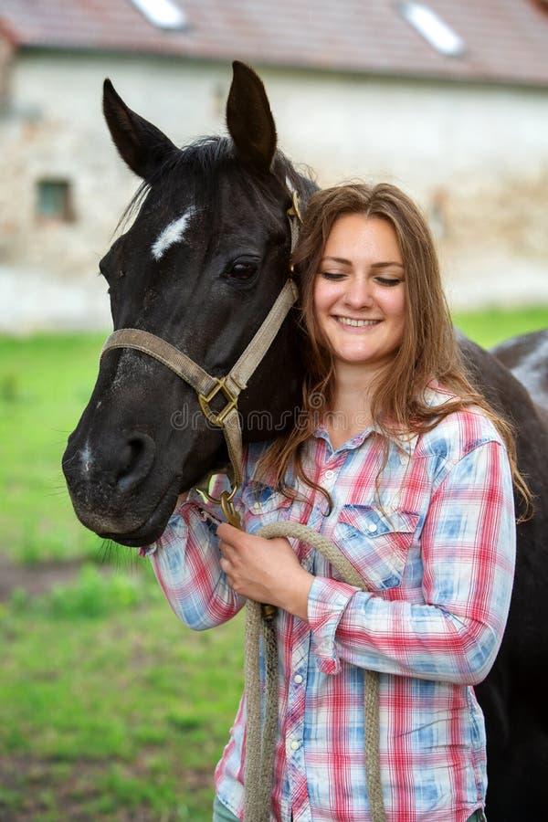 年轻女人有她的黑马的身分户外 库存照片