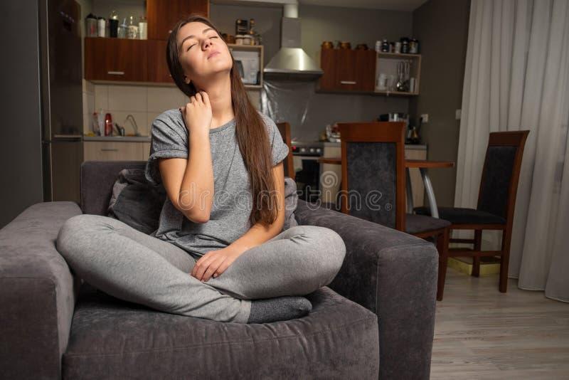 年轻女人有脖子痛 免版税库存图片
