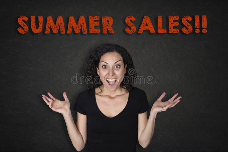 年轻女人画象有惊奇表示和一个'夏天销售的!'文本 免版税图库摄影