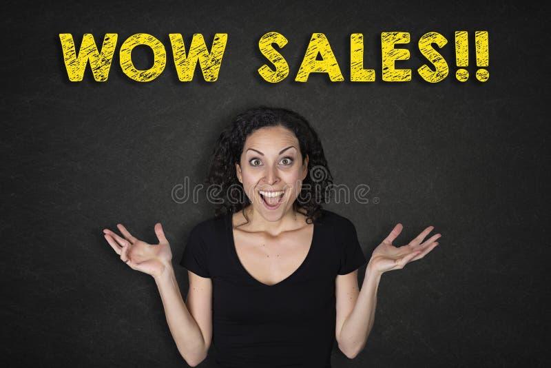 年轻女人画象有惊奇表示的和'Wow销售!'文本 库存图片