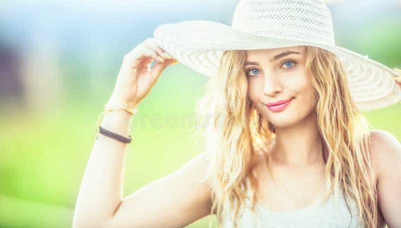年轻女人画象witth夏天成套装备和颜色 免版税库存图片