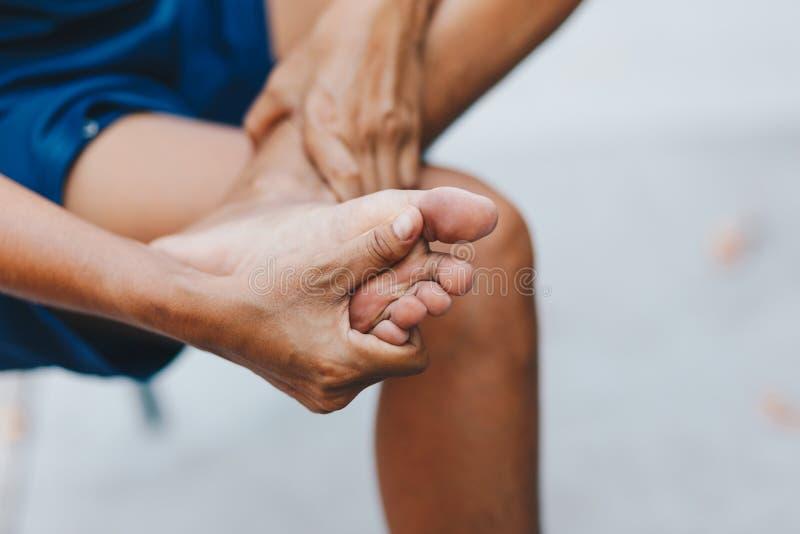 年轻女人痛苦在她的脚 免版税库存图片