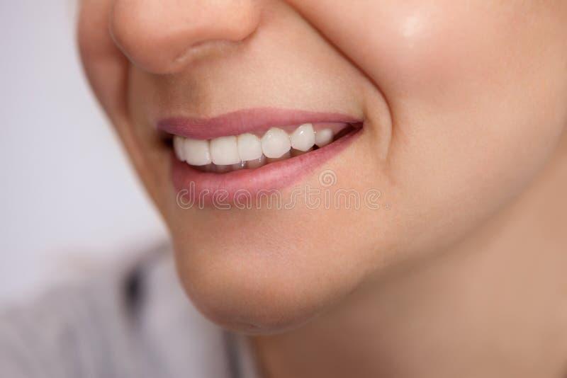 年轻女人的健康白色牙 免版税库存照片