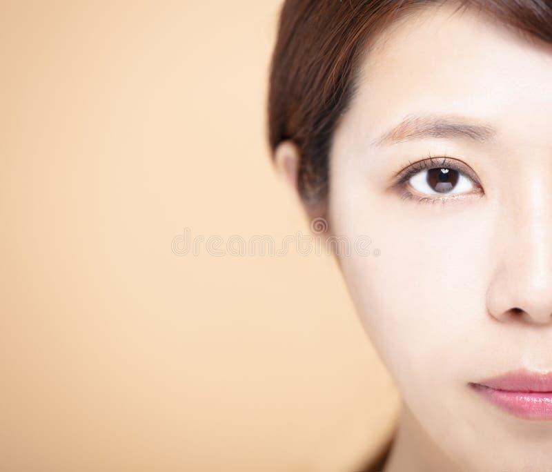年轻女人的半秀丽面孔 免版税库存照片
