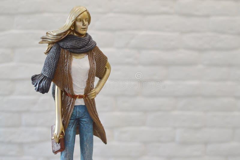 年轻女人的时髦的小雕象 免版税库存图片