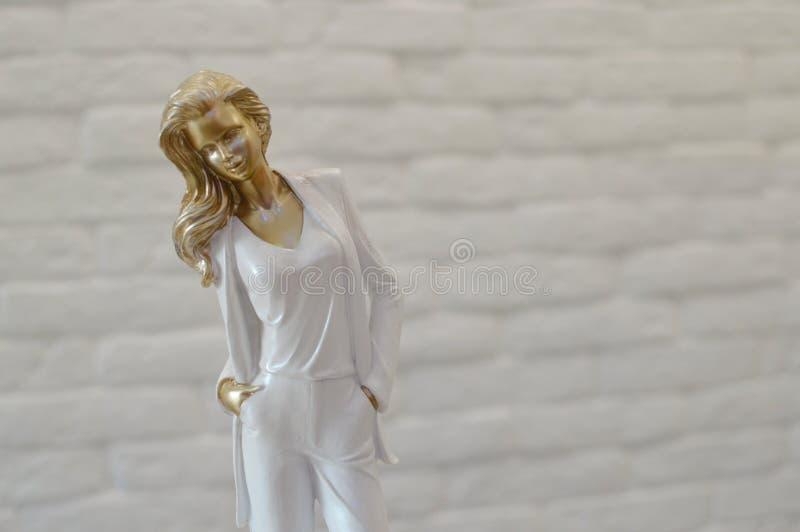 年轻女人的时髦的小雕象 库存图片