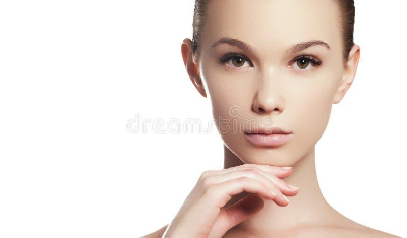 年轻女人的脸蛋漂亮 Skincare,健康,温泉 干净的软的皮肤,健康新神色 自然每日构成,湿 库存照片
