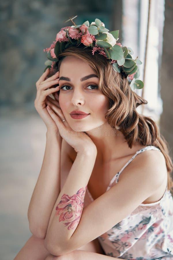 年轻女人秀丽画象有花花圈的在头发的 图库摄影