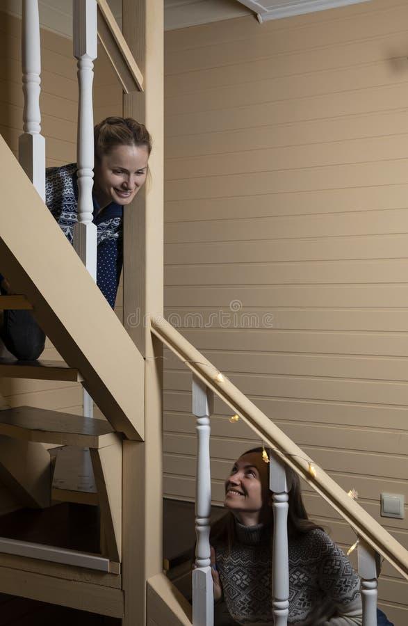 年轻女人装饰台阶和笑 免版税图库摄影