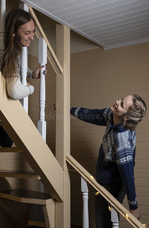 年轻女人装饰台阶和笑 免版税库存图片