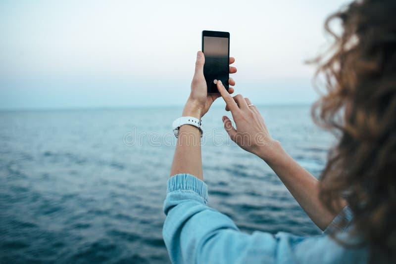 年轻女人触摸屏照相 免版税库存照片