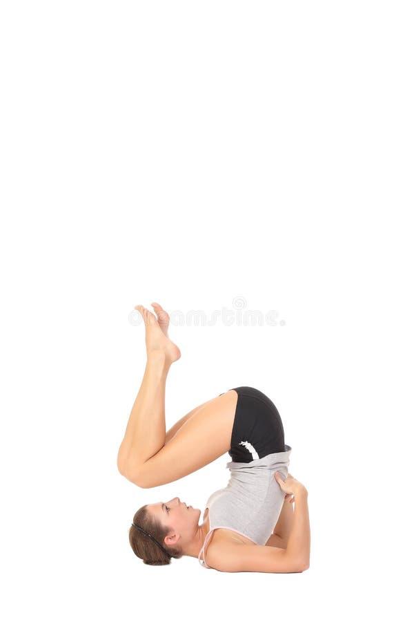 年轻女人训练瑜伽 免版税库存图片