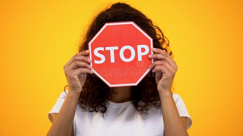 年轻女人陈列停车牌,抗议种族主义和暴力,了悟 库存照片