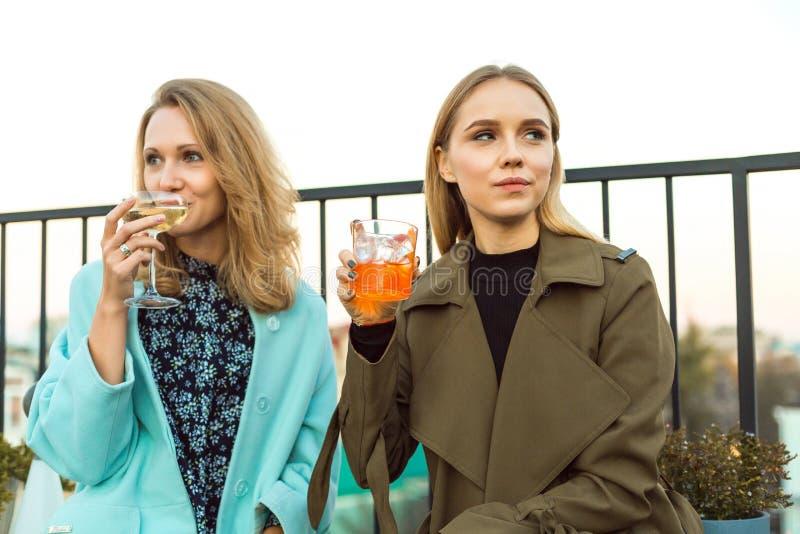 年轻女人饮用的鸡尾酒户外 免版税库存照片