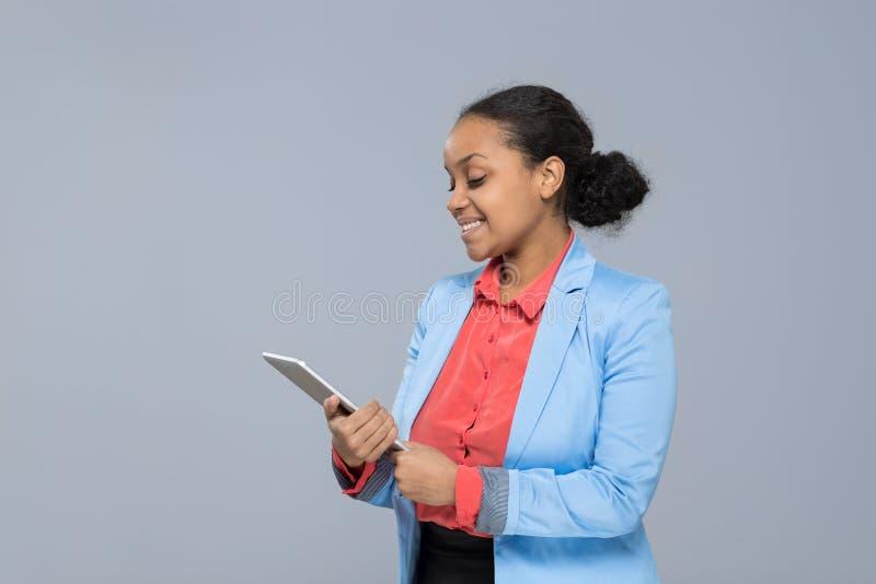 年轻女商人举行片剂计算机非裔美国人的女孩愉快的微笑女实业家 免版税库存照片