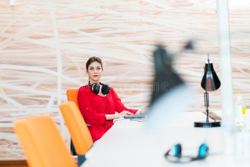 年轻女商人在现代起始的办公室 免版税库存图片