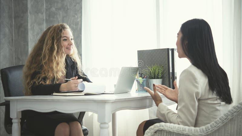 年轻女商人申请人和人力资源他的交谈 免版税库存照片