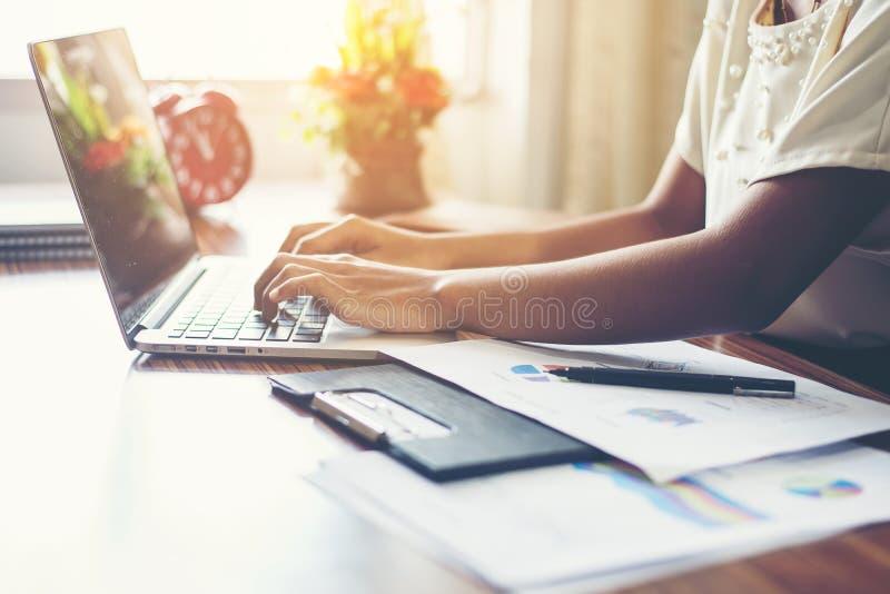年轻女商人递键入在键盘对工作在办公室 免版税库存图片