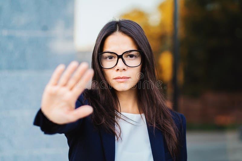 年轻女实业家不赞成姿态画象用手:否认标志,没有标志,消极姿态,专业 免版税库存图片