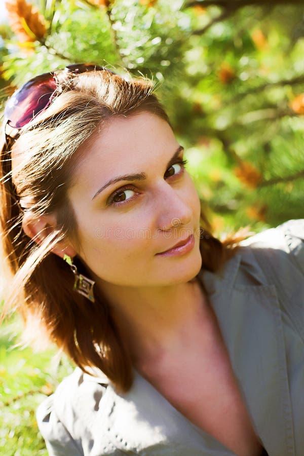 年轻女实业家在自然环境里 库存照片