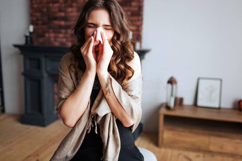 年轻女实业家工作在家 病态的式样感冒和病毒 与组织的盖子鼻子 单独在屋子里 遭受 库存照片