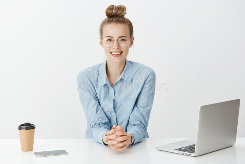 年轻女实业家已经达到很多 玻璃的,坐的自信近确信的礼貌的可爱的妇女 库存图片