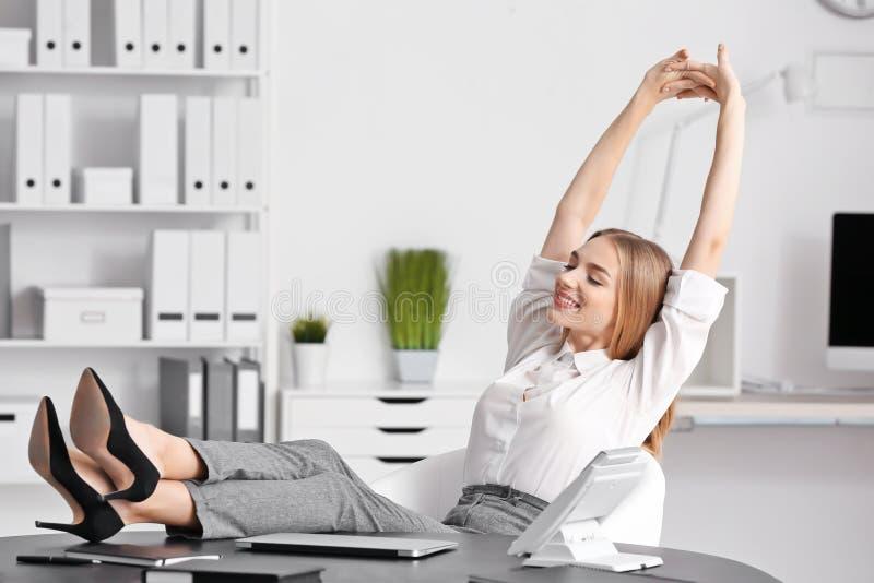 年轻女实业家松弛办公室 库存图片