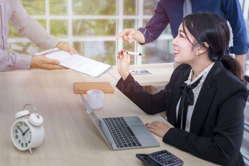 年轻女实业家标志一次文件和会议与事务合作 库存照片