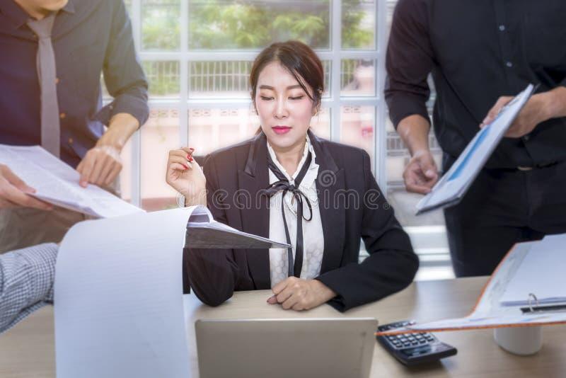 年轻女实业家标志一次文件和会议与事务合作 库存图片