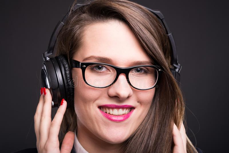 年轻女实业家特写镜头有耳机的 免版税库存照片