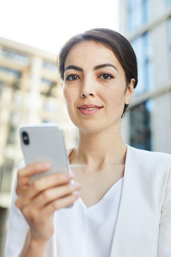 年轻女实业家藏品智能手机 免版税图库摄影
