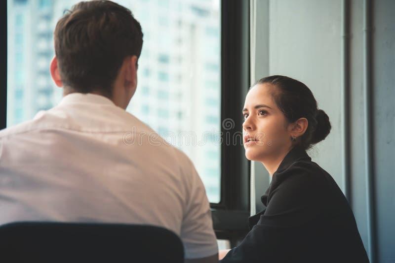 年轻女实业家谈论与商人在办公室 图库摄影