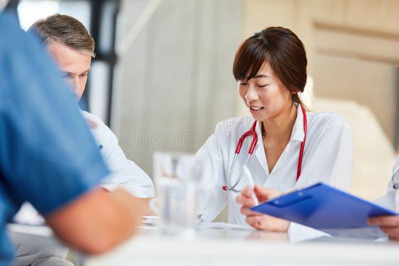 年轻女性医生或护士在车间 库存照片
