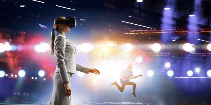 年轻女性在虚拟现实中 免版税库存照片