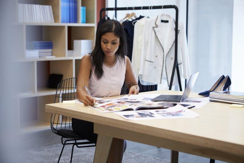 年轻女性媒介创造性工作在办公室 免版税库存照片