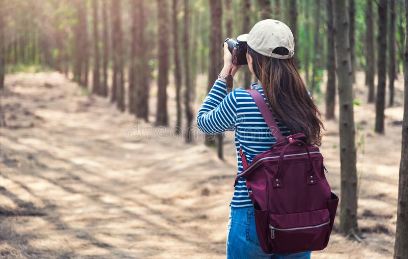 年轻女性生活方式摄影师旅行 图库摄影