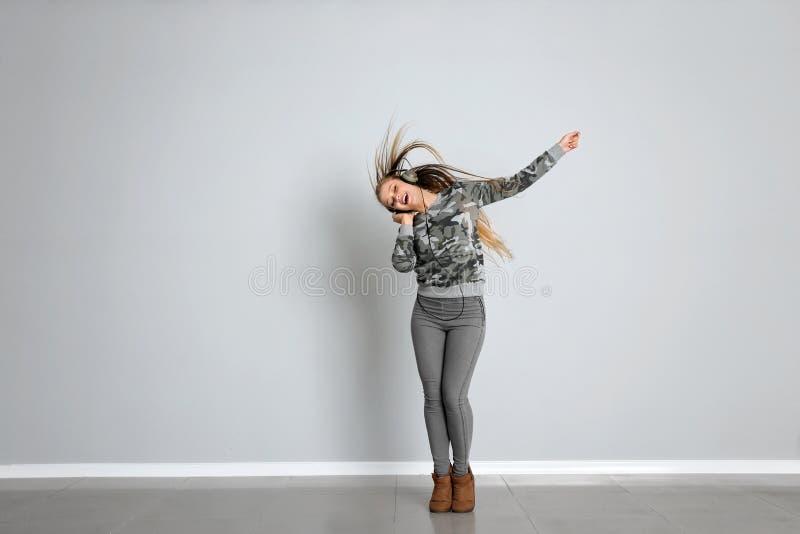 年轻女性舞蹈家对白色墙壁 免版税库存照片