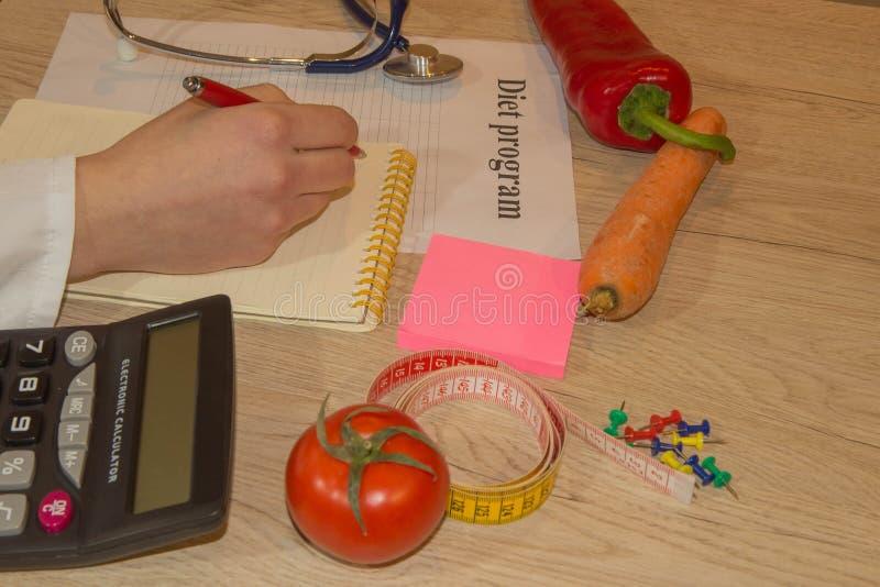 年轻女性营养师,工作在她的办公室的医生 库存照片