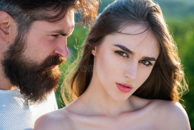 年轻嫩恋人喜欢接触肉欲的性感的夫人软的皮肤  热情的有角的妇女高兴地恋人感觉的 免版税库存照片