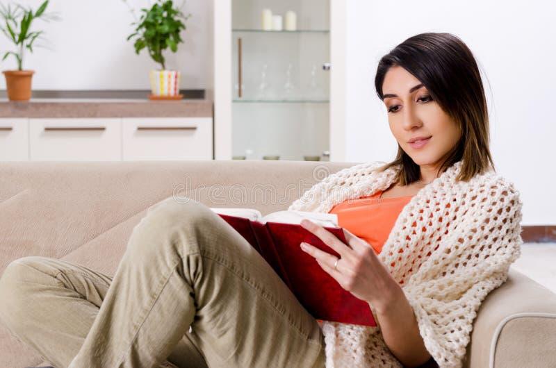 年轻孕妇在家 图库摄影