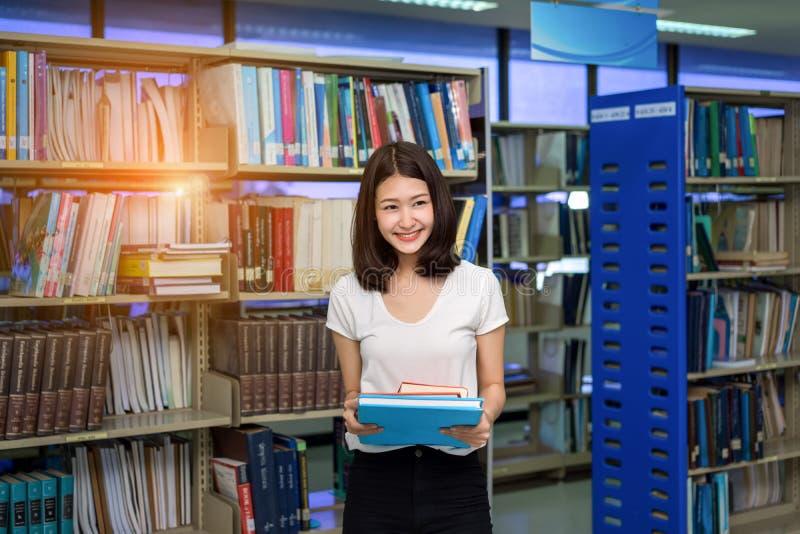 年轻学生女孩亚洲人藏品书 图库摄影